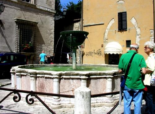 4 Fontana con turisti - Copia